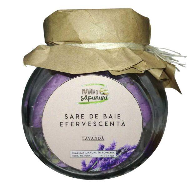 Ingredientele din aceasta sare de baie efervescenta cu lavanda au rol de îndepărtare a celulelor moarte, de calmare şi relaxare a pielii.